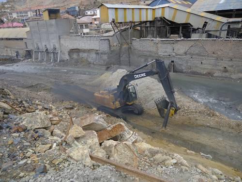 A mining operation in Oruro, Bolivia, dumps waste into the Huanuni River. (Photo by Chenoa Stock)