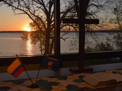 Flags on the table at the Pilgrim Center on Green Lake near Ripon, Wis., represent Colombia and Wisconsin. Representatives from Winnebago Presbytery, Urabá Presbytery and the Presbyterian Church (U.S.A.) gathered at the Pilgrim Center for fellowship and further the partnership between the two presbyteries. Photo by David Lewellen.