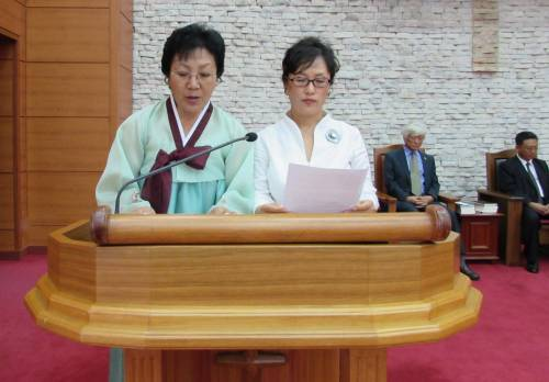 Rev. Hye Sook Kim (KCF North Korea) and Dr. Un Sunn Lee (NCCK South Korea) read the Joint South-North Prayer for Reconciliation on the Korean Peninsula. Photo by Rev. Hye Min Roh.