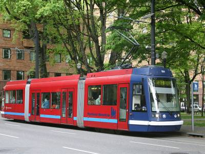 A car of the Portland Streetcar system at the eastbound Portland State University stop, on Market Street at the South Park Blocks. Photo by Cacophony, via Wikimedia