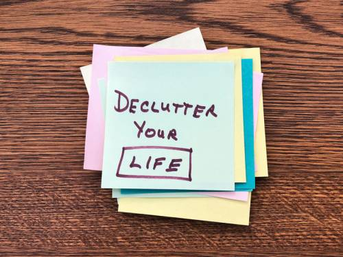 Post-it note with the words: Declutter Your Life