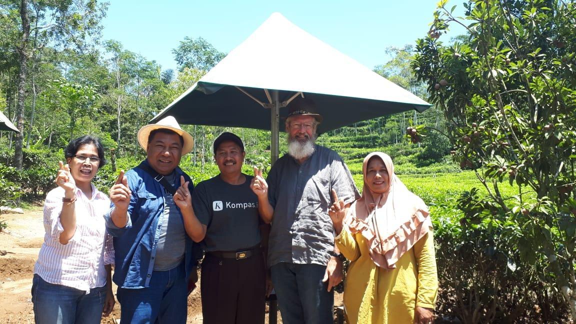 Hery Ramambasoa meeting Mr. Sukohadi at his tea plantation.