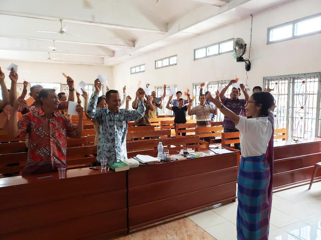 Farsijana leading a workshop for church activists in Lampung.