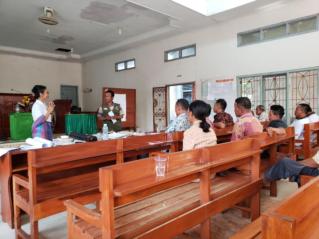 Farsijana with activists of churches during the workshop.