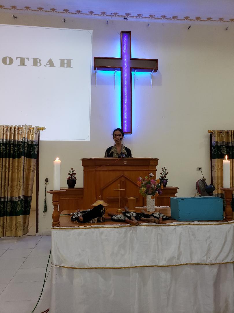 Farsijana preaching in Lampung during mission trip of Duta Wacana Christian University.