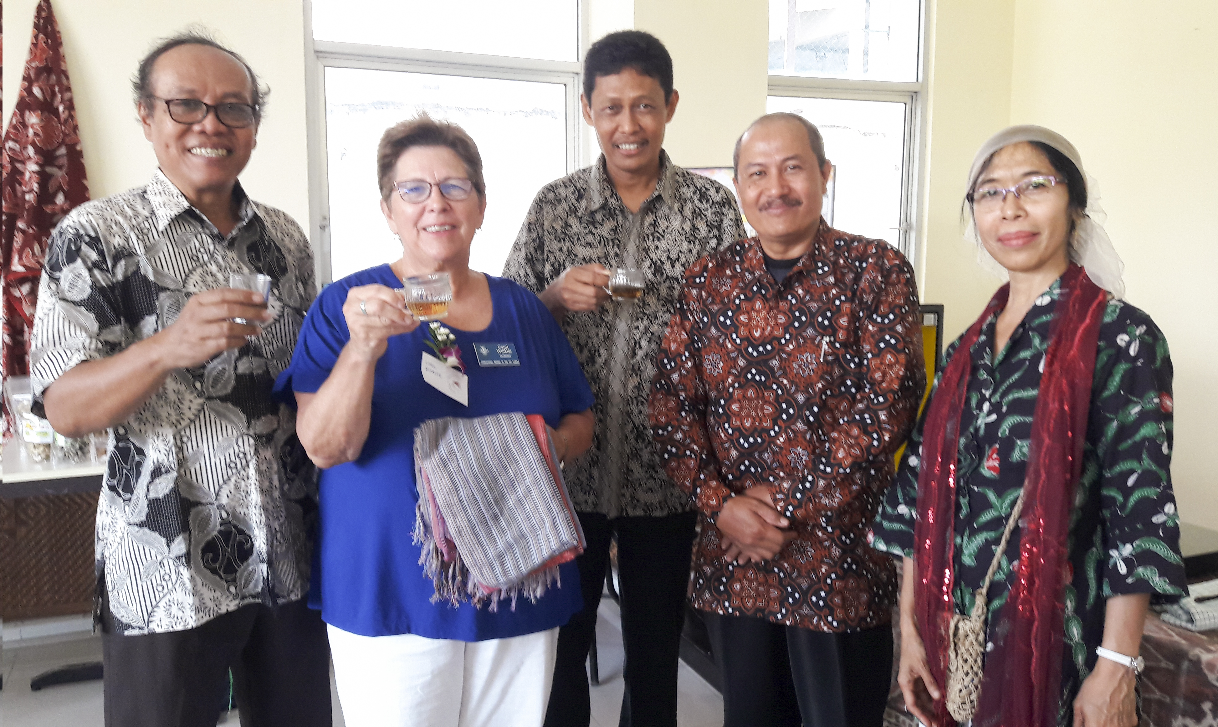 PW moderator (second from left) and workshop lecturers enjoy tea with Sukahadi. Farsijana appears on the far right, and Sukahadi is beside her.