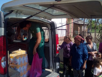 Distribution of food packages to families in Roma settlements in April 2018.