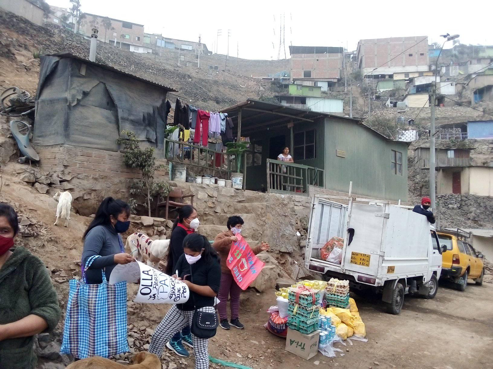 Unload - Distribution of the Olla Común food products. Photo taken by Pastor Pedro Pablo García.