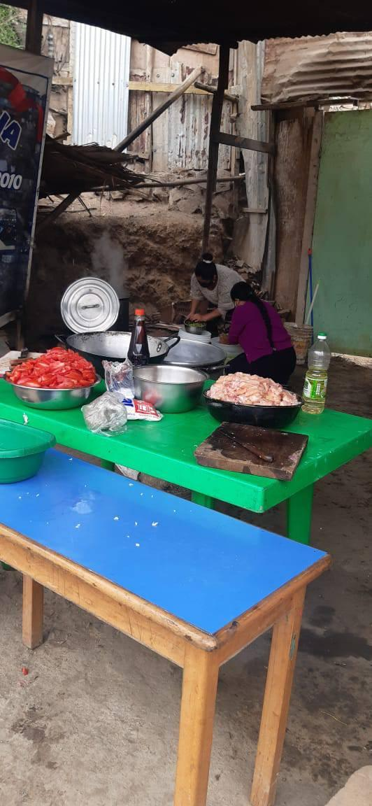 Women - Women preparing the food for the community Olla Común meal. Photo taken by Pastor Pedro Pablo García.