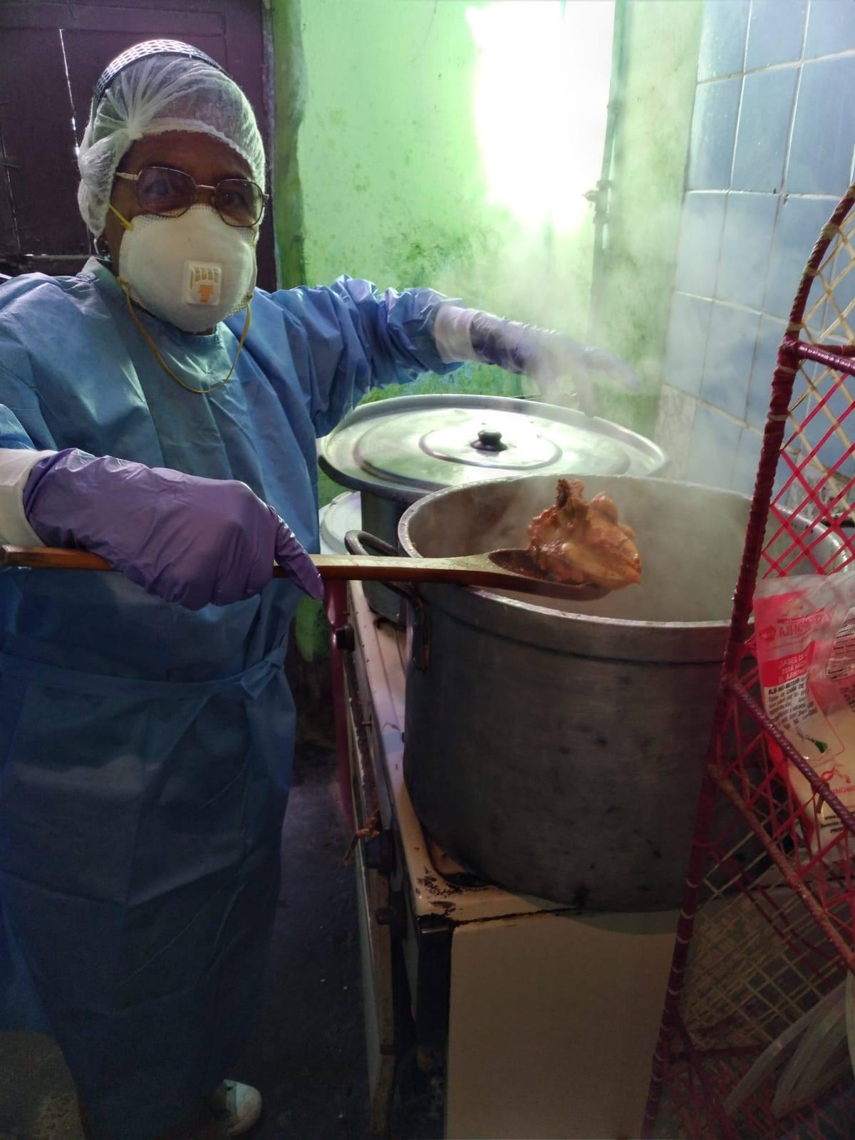 Almuerzo Solidario - Pisco - Preparing a meal for the Solidarity Lunch in Pisco, Perú