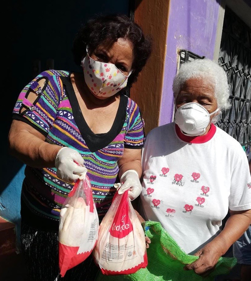 Alimentación Comas - Women of CEDEMUNEP deliver chicken to vulnerable communities in Comas, Perú.