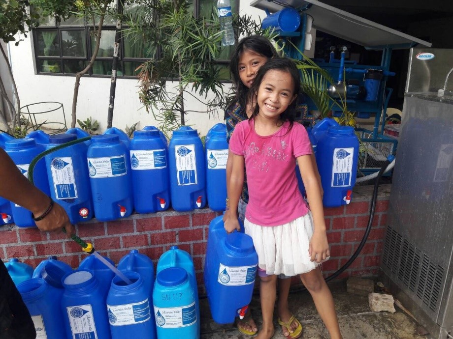 Landslide victims receiving Silliman Water.