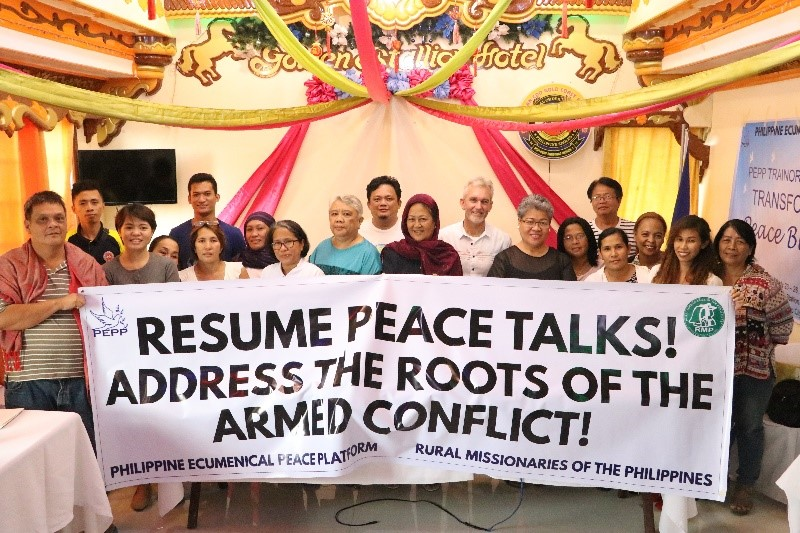 Cobbie Palm standing with delegates to the peacebuilding workshop in Mindanao.