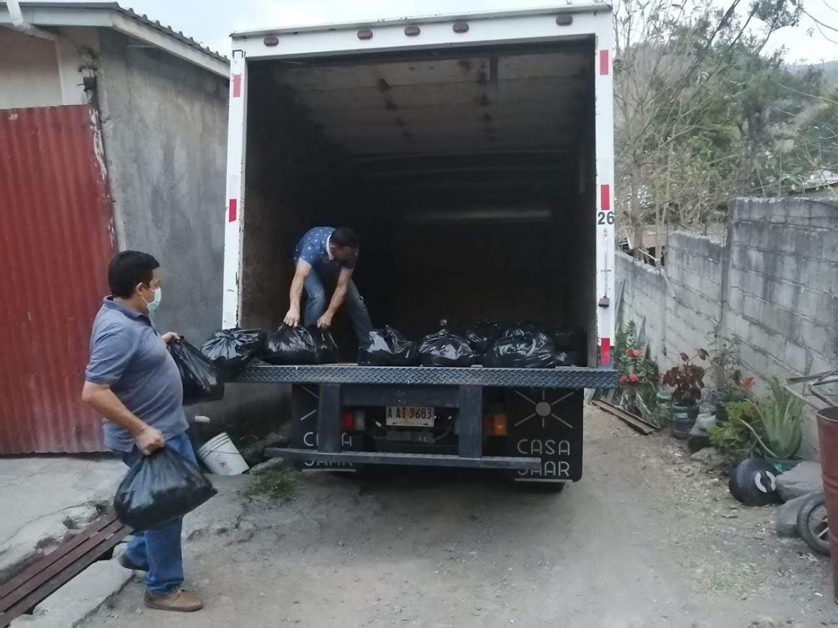 Presbytery treasurer Herbert Rivas and another church member loaded a truck with emergency food aid for Presbyterian families. Photo: (Alex Rodas)