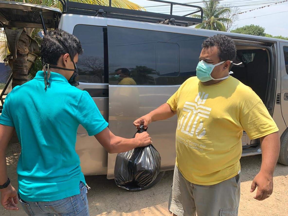Alex Rodas distributed emergency food aid to Presbyterian families north of Tegucigalpa. (Photo: Alex Rodas)