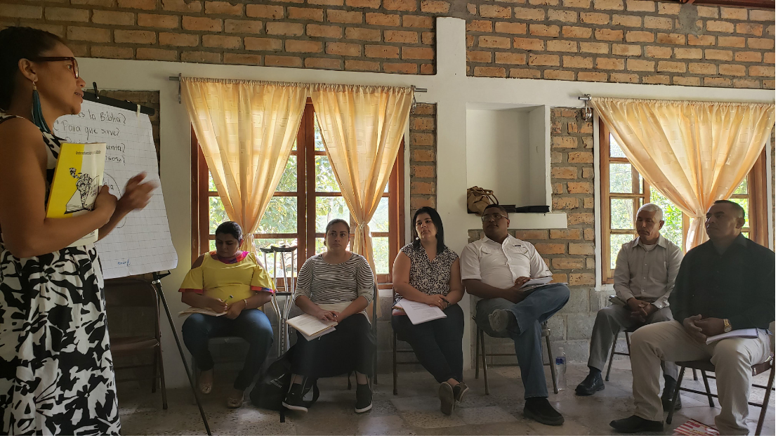 In-person theological education classes have largely stopped. Last year, Betzabé Reyes led an introductory lesson on Bible study methods.