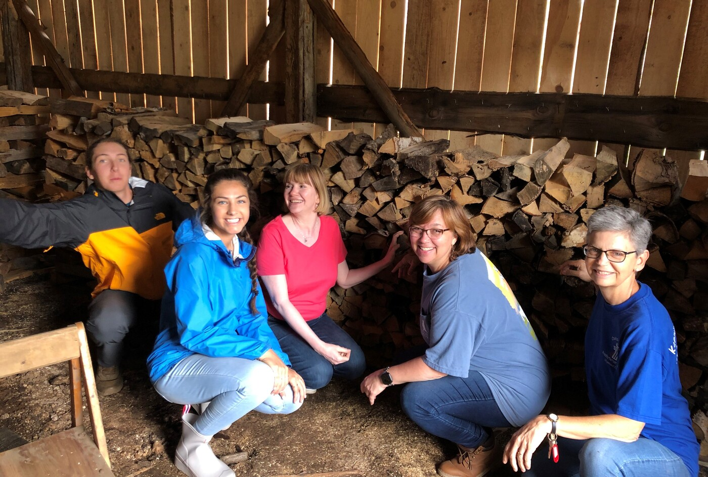 What the Davydovo community needed the most was help cleaning up the schoolyard at the kindergarten and stacking wood in a shed for the winter, which the group worked hard to do. They also had time for warm fellowship and to get to know the life and ministry of the community.