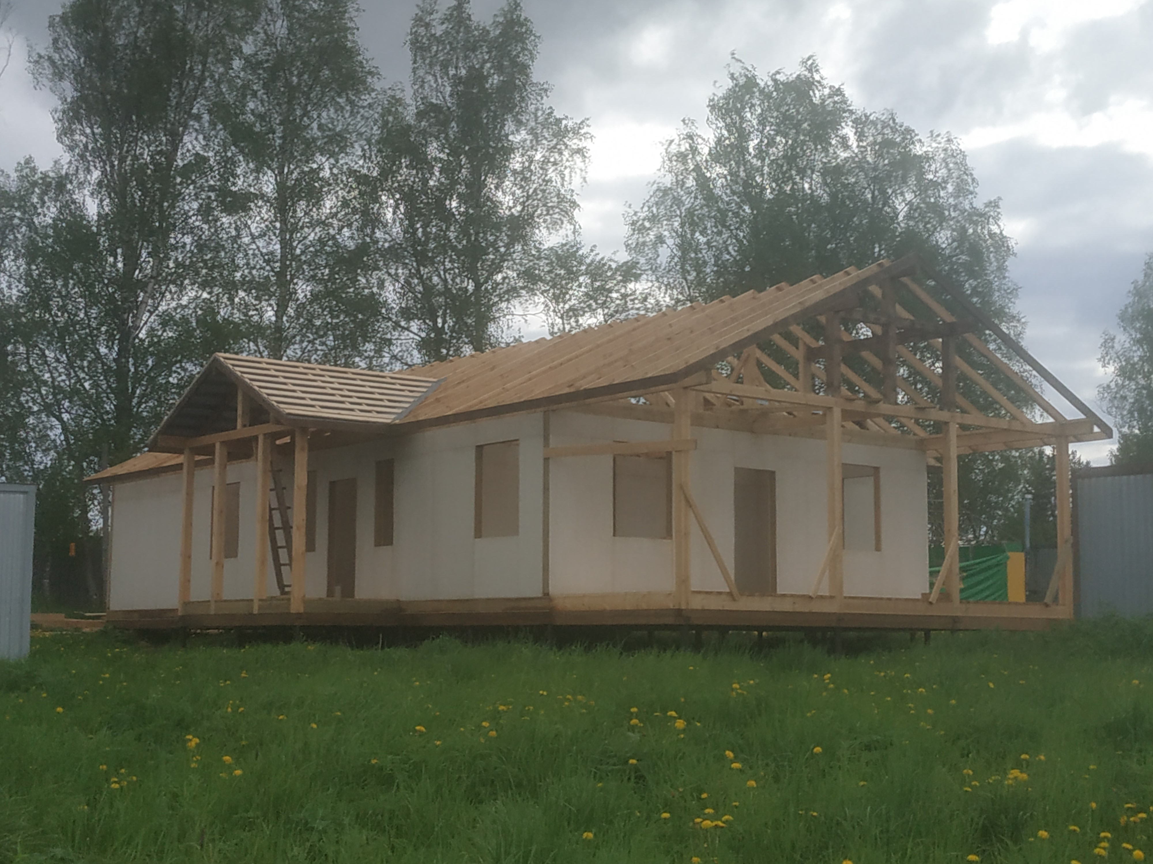 The framing of the roof of the house for adults with disabilities in Davydovo is almost completed.