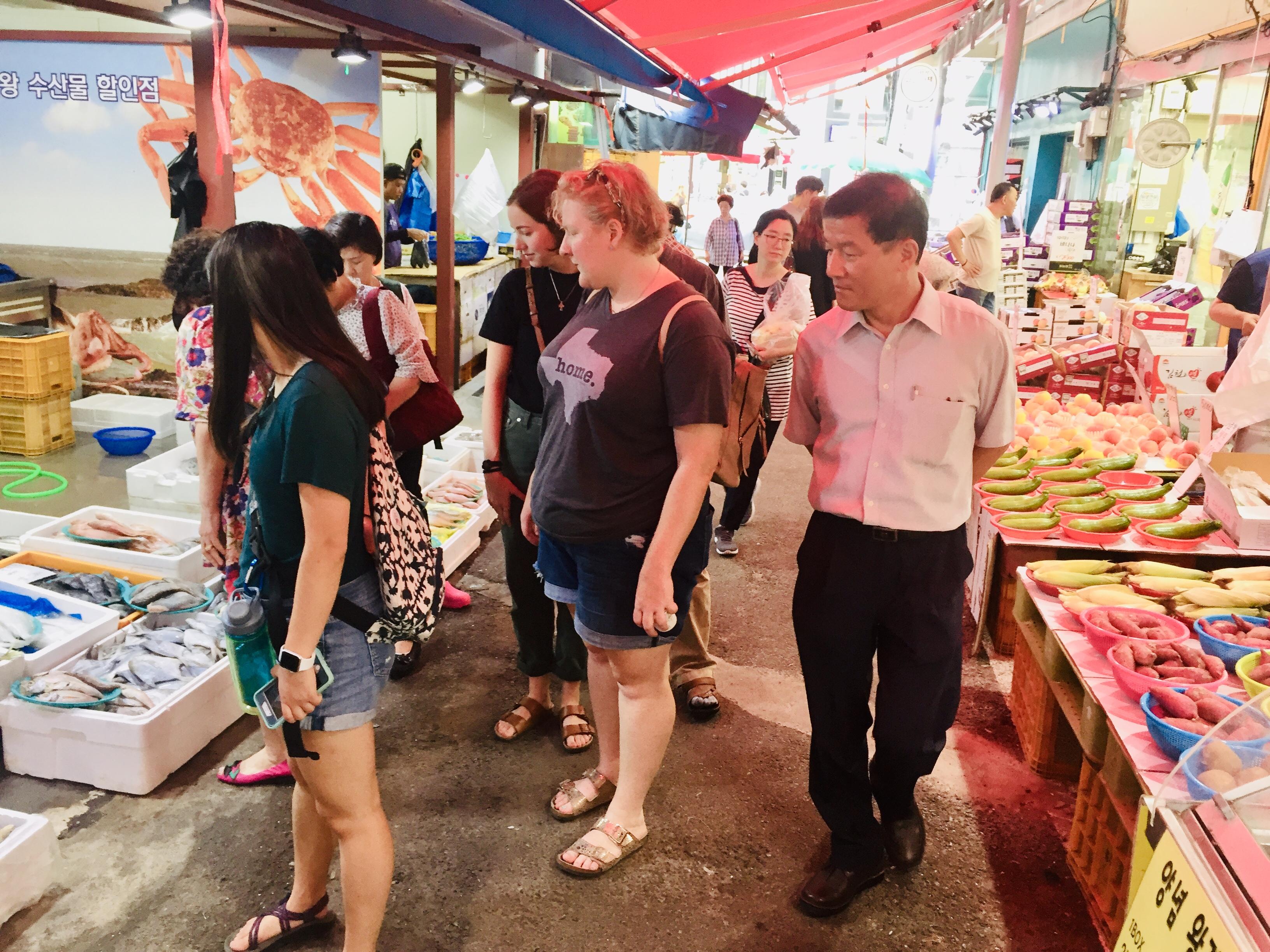 Rev. Kim takes the YAVs to a Korean traditional market.
