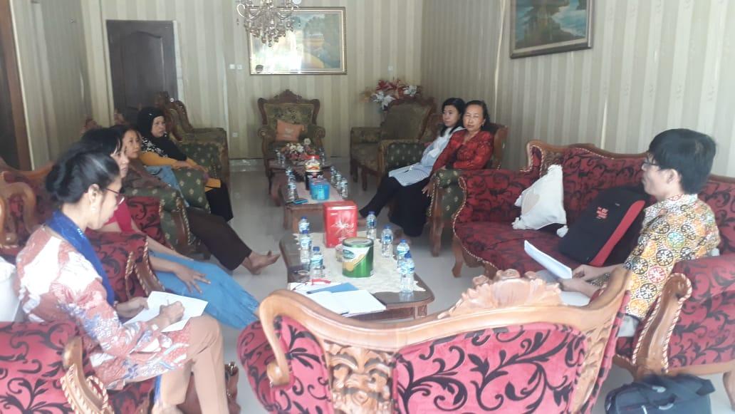 Dr. Perminas Pangeran and Farsijana facilitate a co-op workshop.