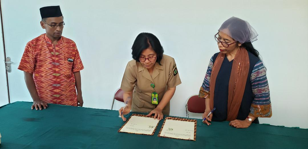 Farsijana at the signing of the Working Together Agreement with the government in Kulon Progo.