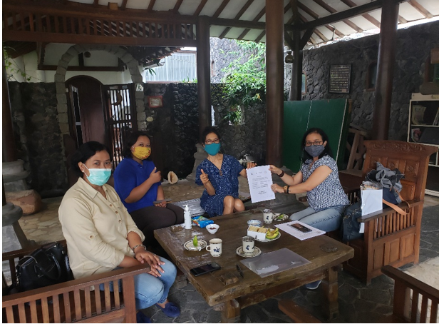 The general secretary of Indonesian Forum of Fair Trade visited HAS Co-op and gave the certification to Farsijana as the person in charge for contacting the Forum.