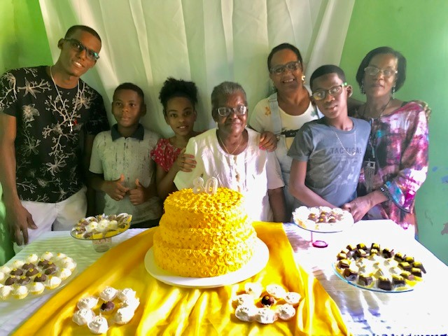 Maria Gálio with some of her family in front of her cake.