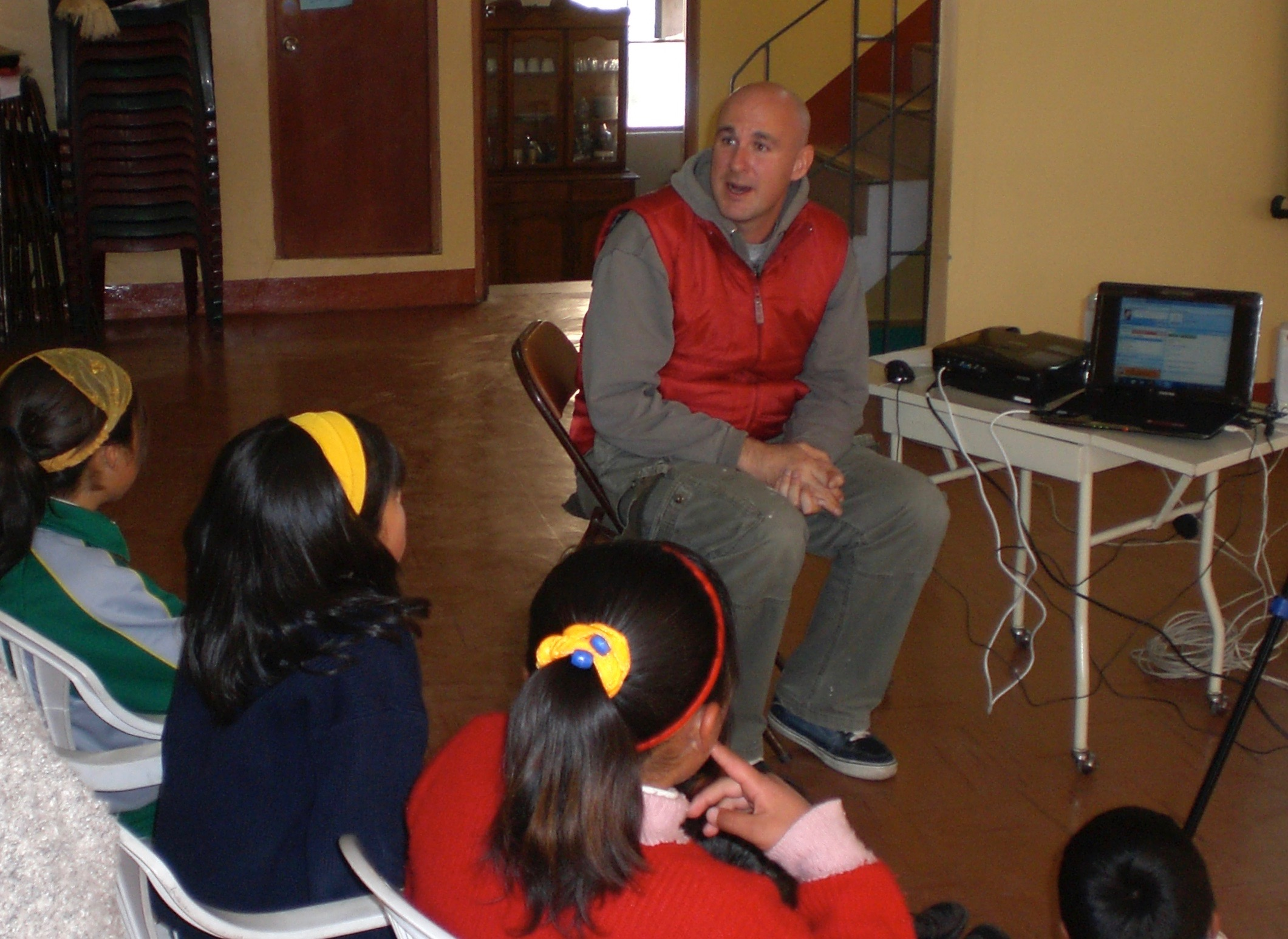 Jed prepares a group of kids from La Oroya to have a Skype conversation with a classroom in the U.S.