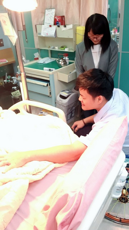 Nag Yaw praying for a patient in the hospital.