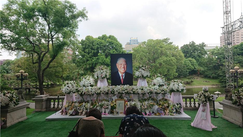 Visitors at the memorial for Lee Teng-hui.