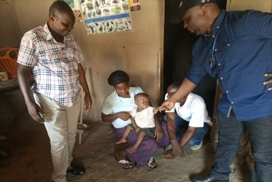 Bwanamusuri meeting Shabani on one of his supervision visits to Kalibatete health center in Lubutu health zone.