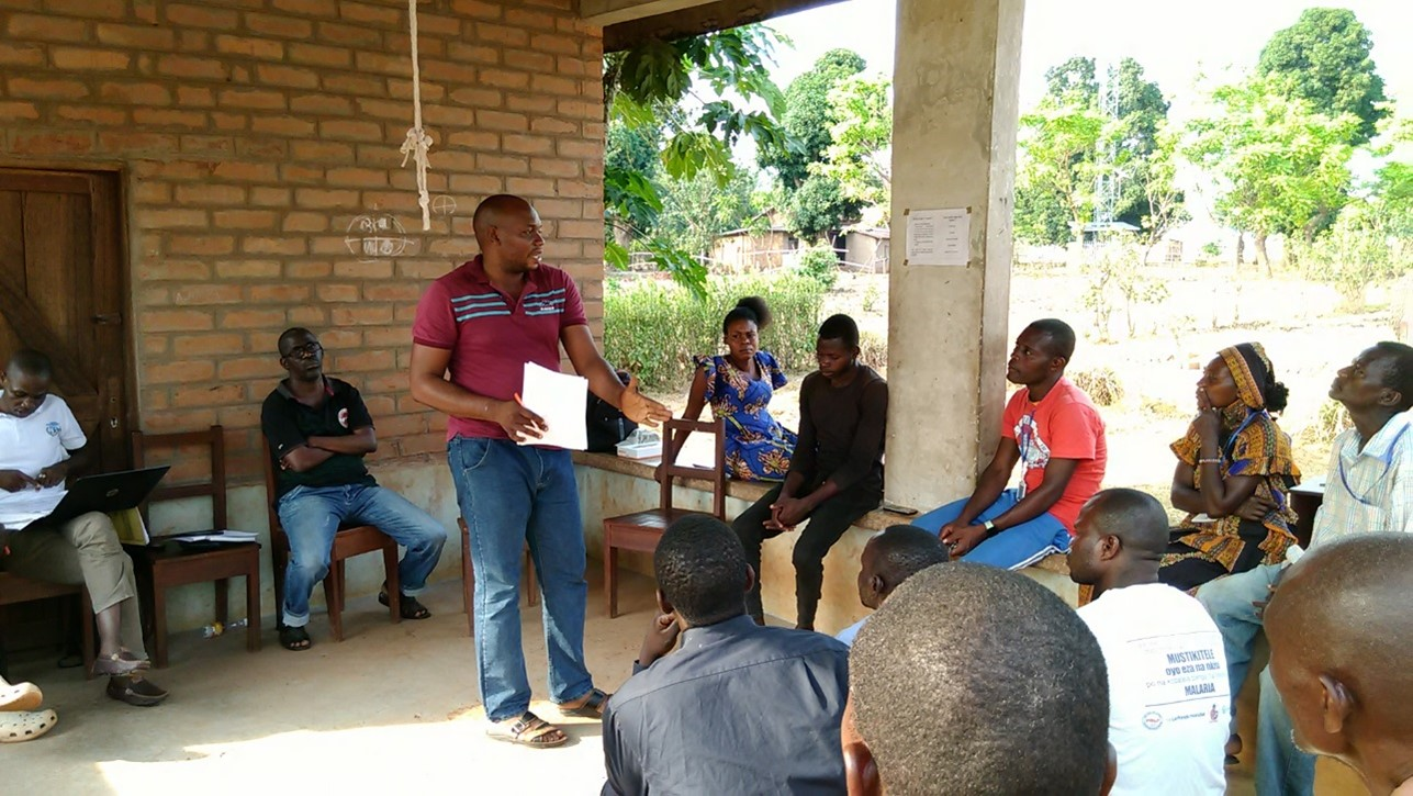 Papy Lengemo meets with community health volunteers as Pilote Health Center in Bili Health Zone.