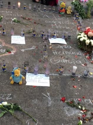 """Flores, peluches y mensajes dan honor a las 43 niñas calcinadas el 8 de marzo de 2017, en el """"Hogar Seguro"""" Virgen de la Asunción, bajo custodia del estado de Guatemala."""
