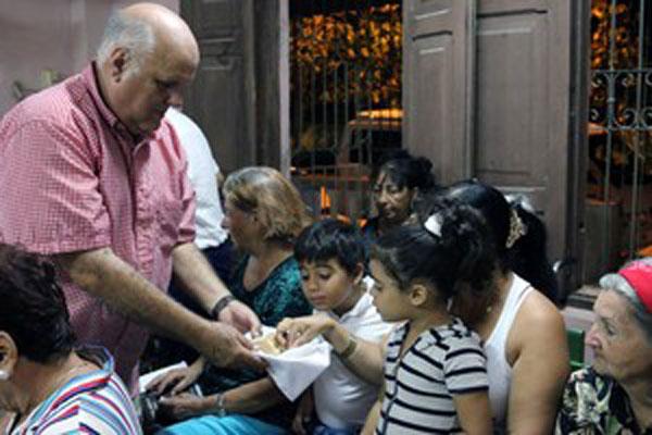 Edelberto Valdes serves communion to worshipers at the Presbyterian Mission in Holguín. (Photo by Raiza Ortega)