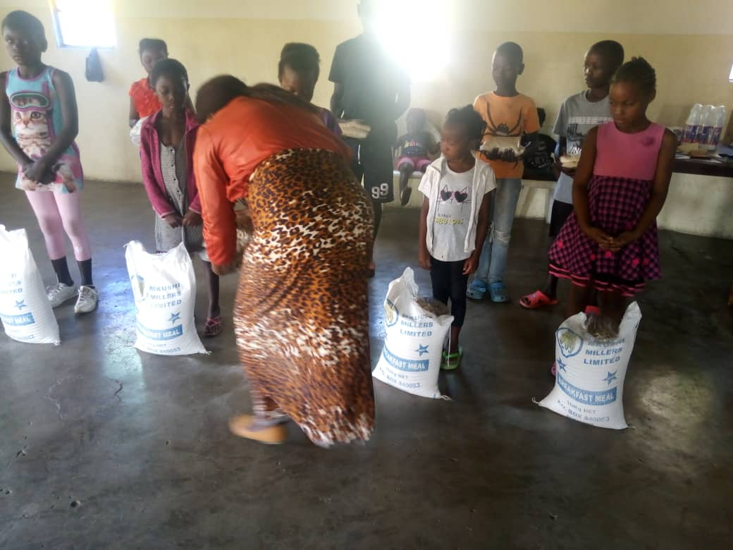 Food distribution by the community schools' coordinator, Mrs. Mabuchi Ndhlovu Dokowe, for the students at the John Leing Community School of the Church of Central Africa Presbyterian (CCAP). (Photo by Jack Mgwata)