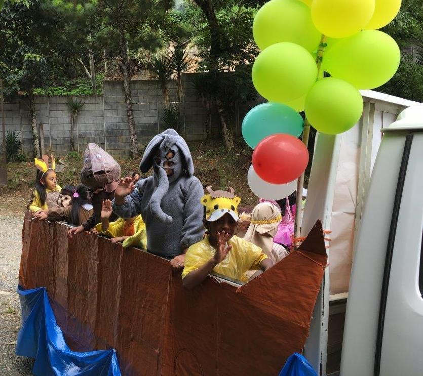 Primary students of La Patria in a float of Noah's Ark.