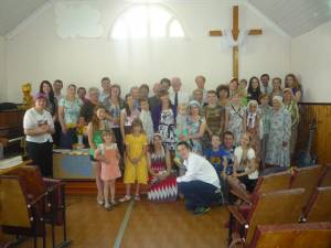 Members of Церковь Слово Жизни (Word of Life Church) in Dorogobuzh and Good Shepherd Presbyterian Church, Utah gather after Sunday worship.