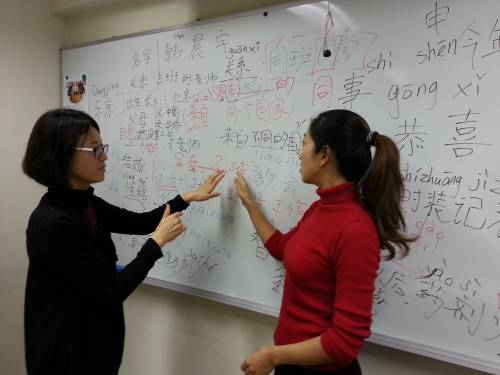 Ji Yeon discussing with a teacher at a Chinese language school